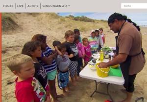 Geminsam Muscheln sammeln und mit Saltbush kochen. Ein Erlebnis für die Kinder.