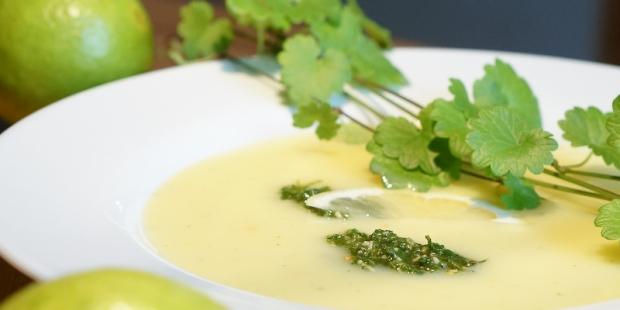 Zitronige Kartoffelsuppe mit Gundermann-Pesto