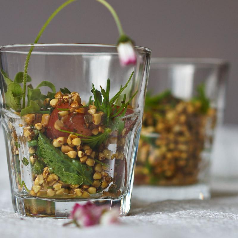 Buchweizensalat mit Fichtenspitzen und Gänseblümchen