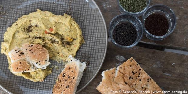 Humus mit Gomasio aus wilden Samen (Brennnessel, Nachtkerze, Knoblauchsrauke)
